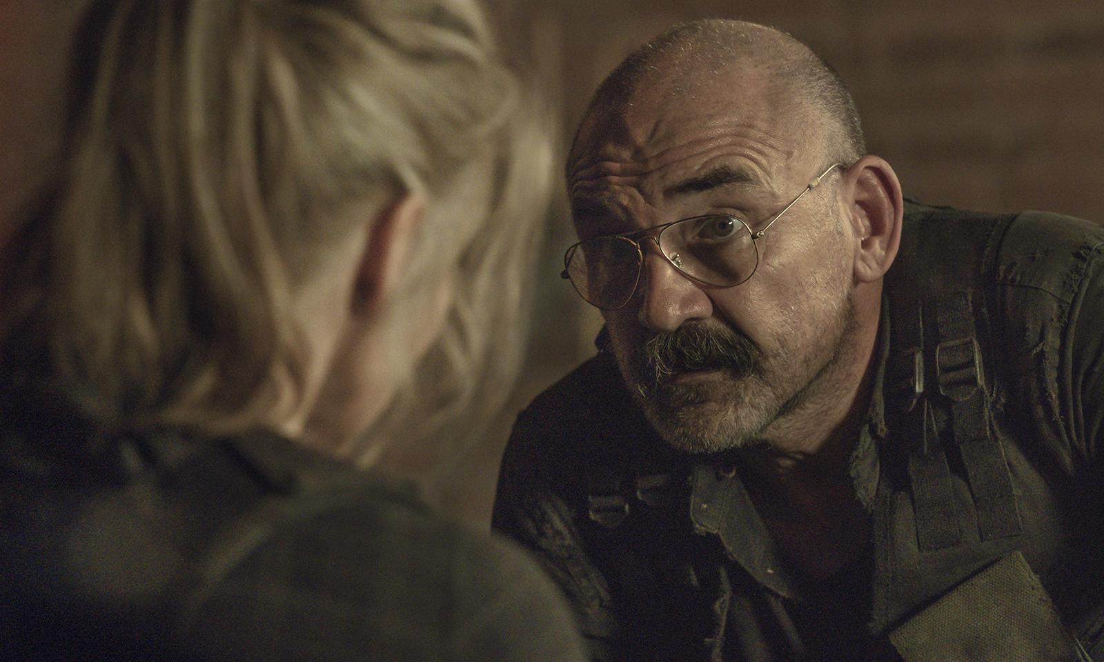 Pope conversando com Leah em Meridian no episódio 4 da 11ª temporada de The Walking Dead.