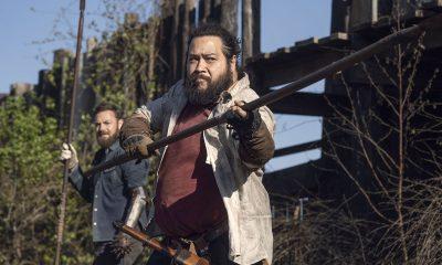 Jerry e Aaron lutando contra zumbis em Alexandria no episódio 5 da 11ª temporada de The Walking Dead.