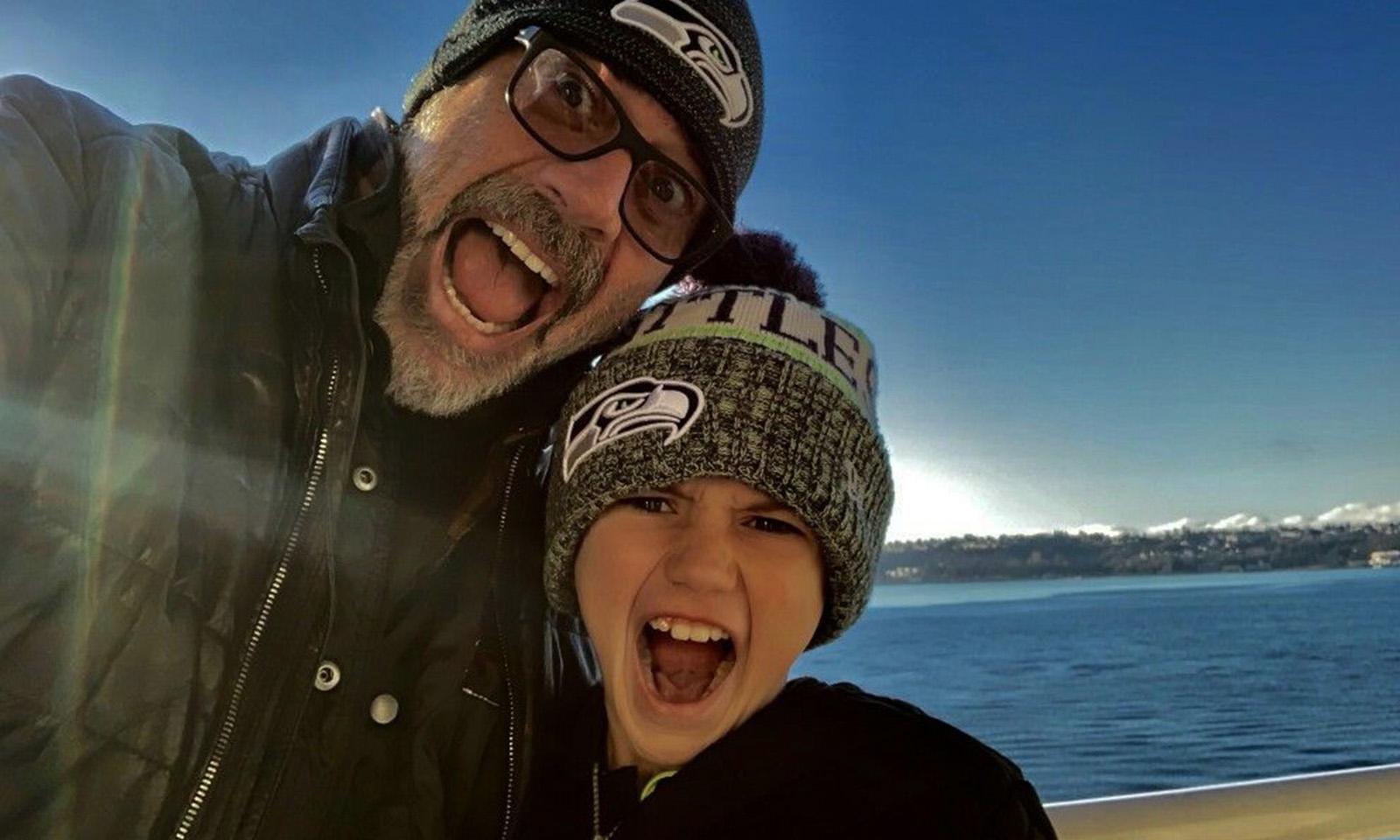Jeffrey Dean Morgan e Gus Morgan em uma selfie durante um passeio.