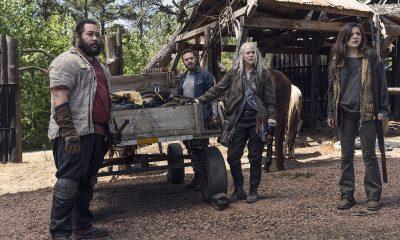 Jerry, Aaron, Carol e Lydia observando surpresos algo ou alguém no episódio 5 da 11ª temporada de The Walking Dead.