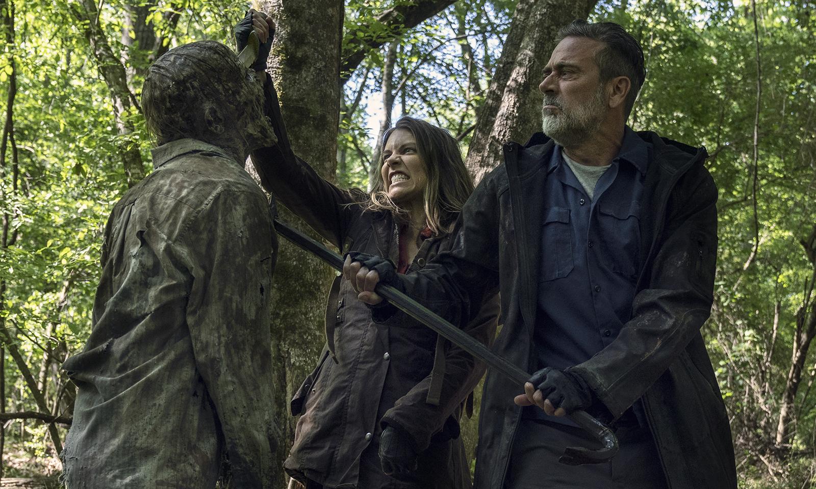 Maggie e Negan matando um zumbi juntos na floresta no episódio 5 da 11ª temporada de The Walking Dead.