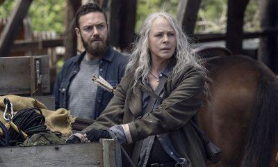 Aaron e Carol observando algo ou alguém no episódio 5 da 11ª temporada de The Walking Dead.
