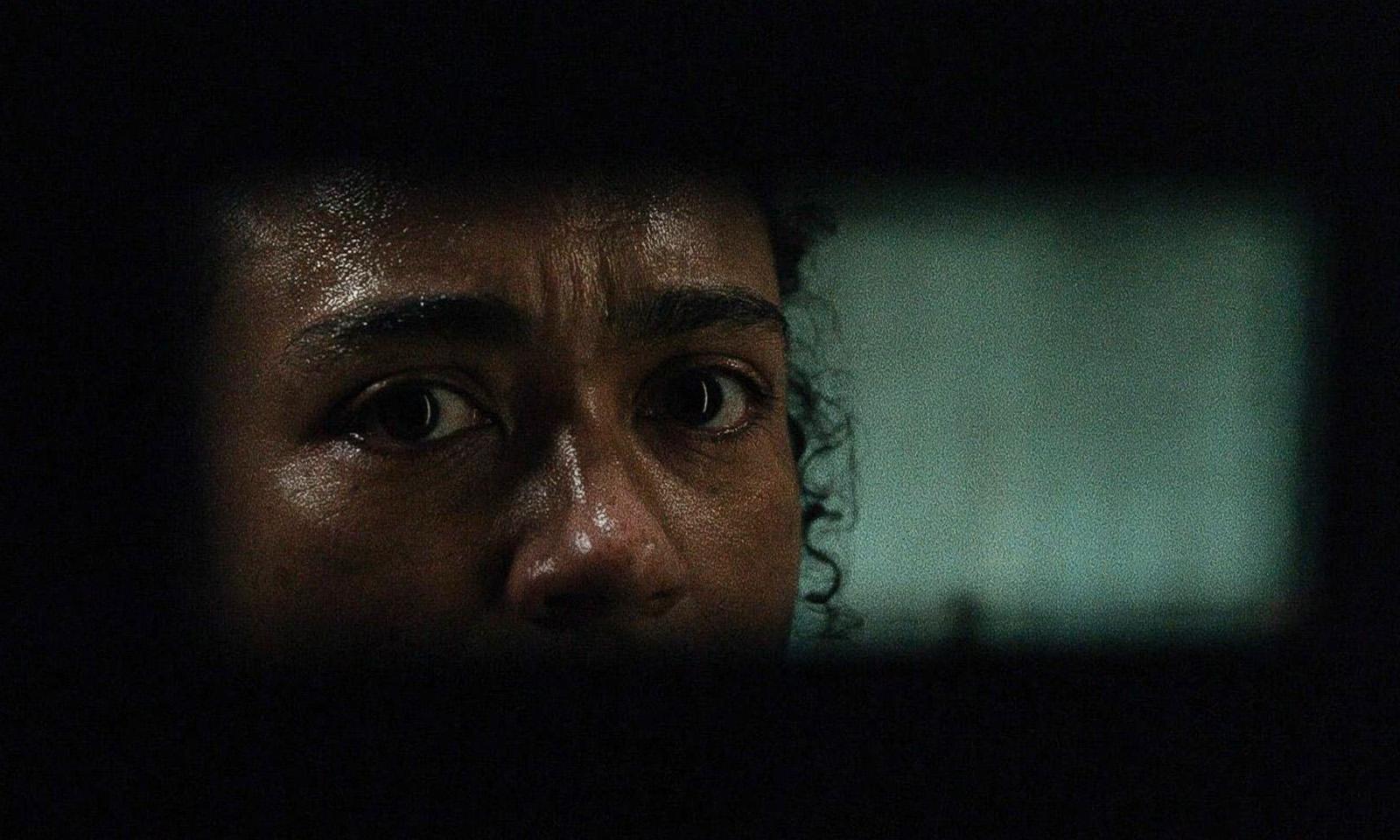 Connie assustada e observando por uma brecha no episódio 6 da 11ª temporada de The Walking Dead.
