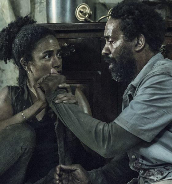 Connie e Virgil sentados no chão da casa e tocando um na mão do outro no episódio 6 da 11ª temporada de The Walking Dead.
