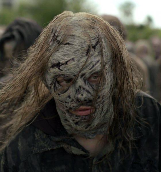 Maggie usando uma máscara de Sussurrador e andando em meio a uma horda de zumbis no episódio 7 da 11ª temporada de The Walking Dead.