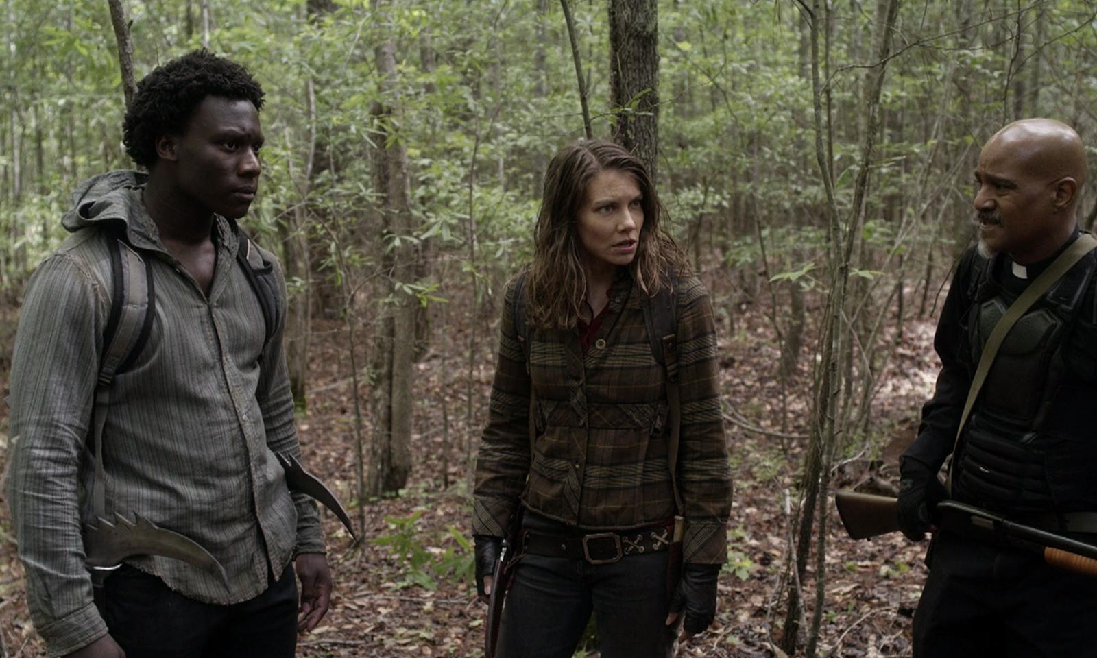 Elijah, Maggie e Gabriel na floresta no episódio 7 da 11ª temporada de The Walking Dead.