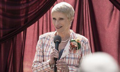 Pamela Milton falando ao microfone no episódio 8 da 11ª temporada de The Walking Dead.