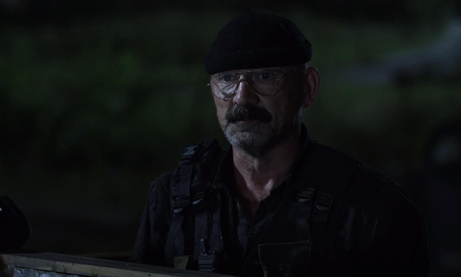 Pope observando a horda de zumbis no muro de Meridian no episódio 8 da 11ª temporada de The Walking Dead.