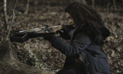 Iris mirando com sua crossbow no episódio 1 da 2ª temporada de TWD World Beyond.