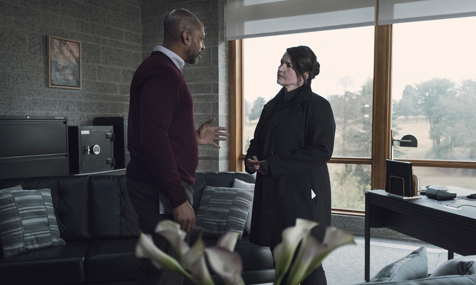 Leo e Elizabeth conversando no episódio 2 da 2ª temporada de The Walking Dead: World Beyond.