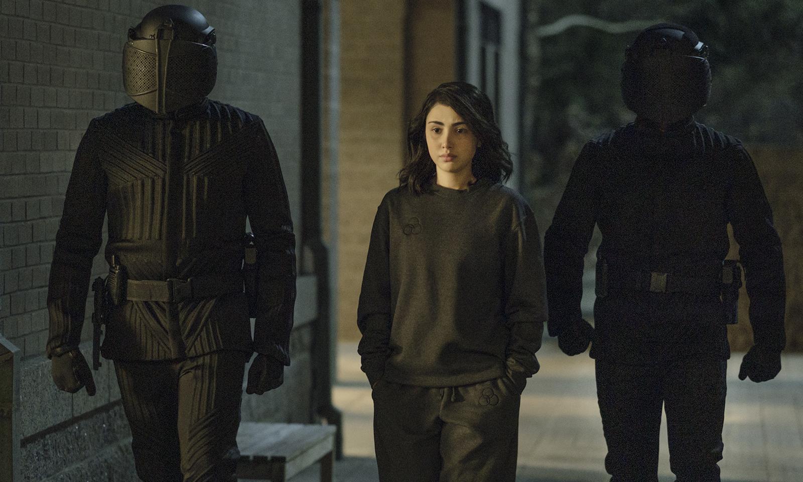Hope andando escoltada por dois soldados da CRM na 2ª temporada de TWD World Beyond.