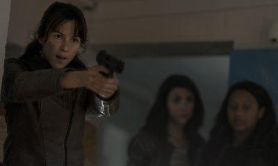 Huck apontando uma arma enquanto Iris e Hope observam no episódio 7 da 1ª temporada de The Walking Dead: World Beyond.