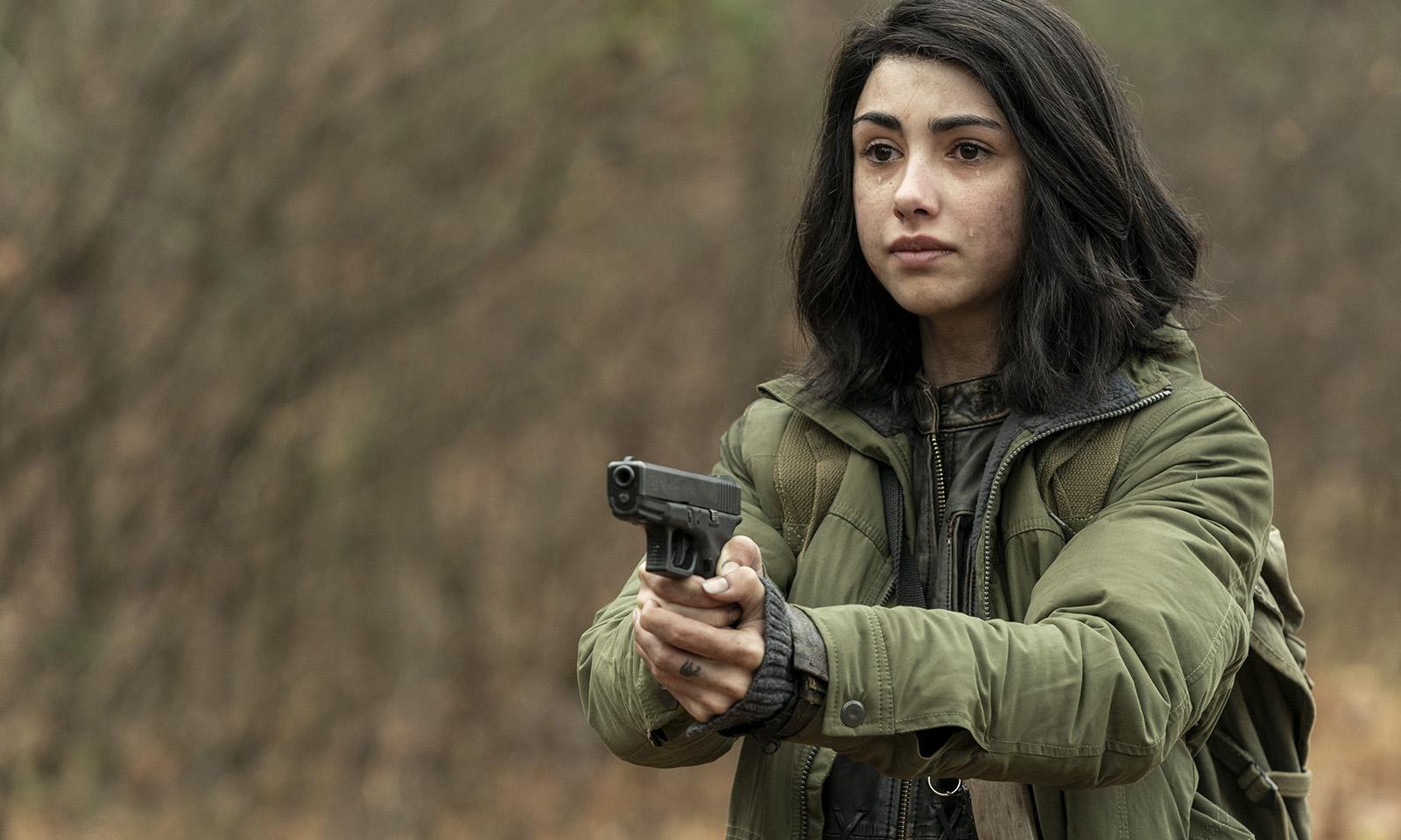 Hope apontando uma arma para Huck no último episódio da 1ª temporada de The Walking Dead: World Beyond.