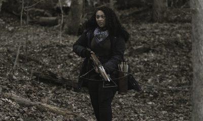 Iris segurando sua crossbow na floresta no episódio 1 da 2ª temporada de The Walking Dead: World Beyond.