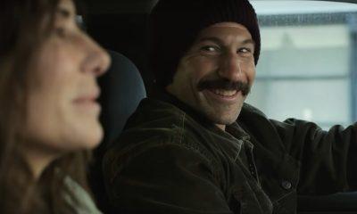 Personagem de Jon Bernthal sorrindo em cena do trailer de Imperdoável, da Netflix.