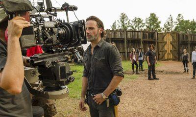 Foto dos bastidores das gravações de The Walking Dead em Hilltop mostrando Rick, Maggie, Jesus e outros sobreviventes.