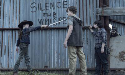 Judith apontando sua katana para uma criança desconhecida no episódio 5 da 11ª temporada de The Walking Dead.