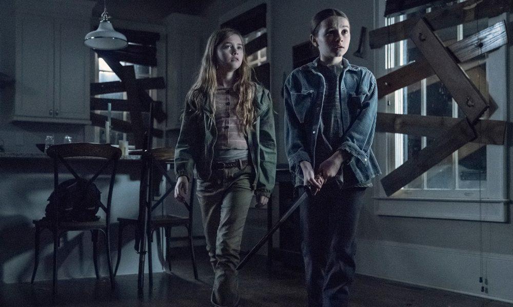 Judith e Gracie assustadas com a entrada dos walkers na casa no episódio 8 da 11ª temporada de The Walking Dead.