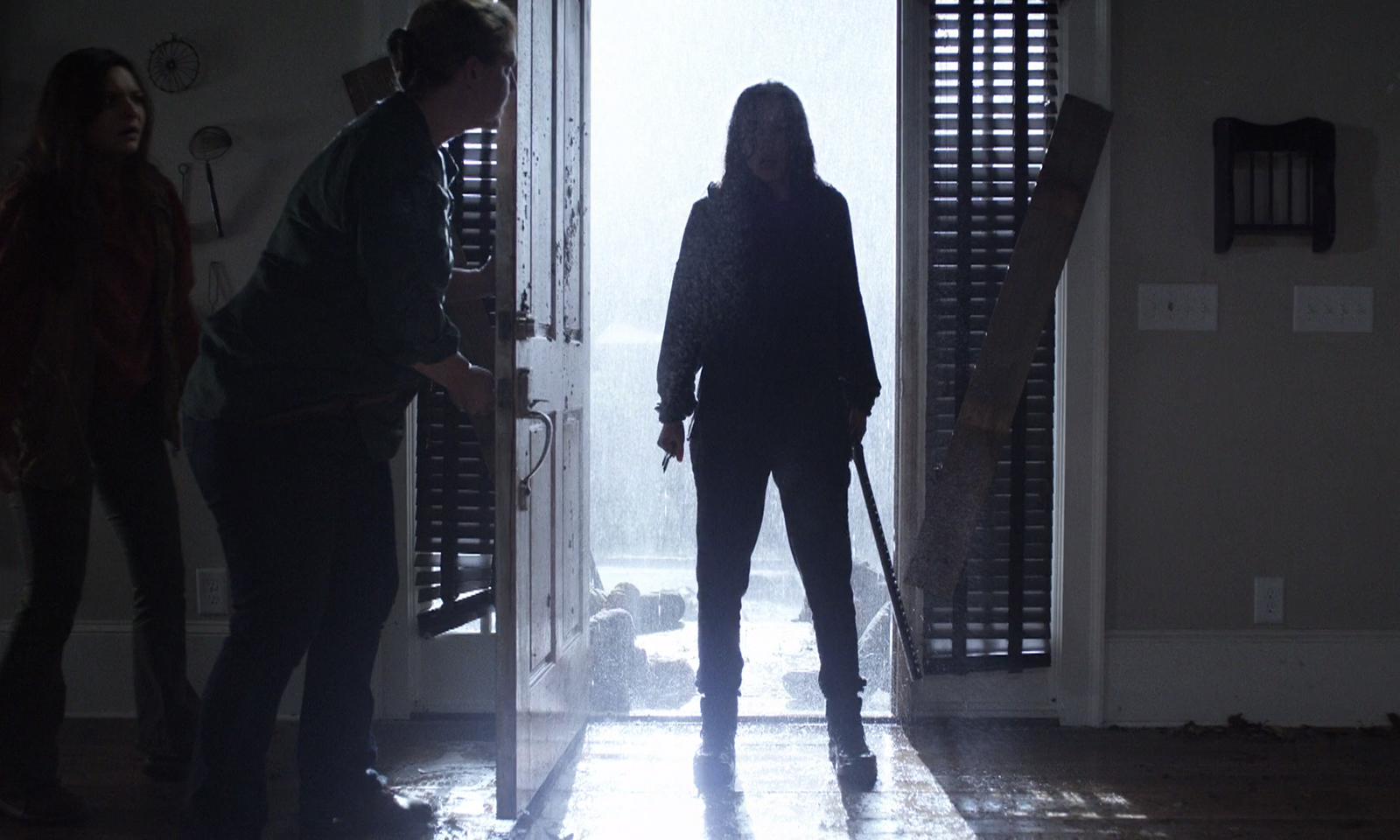 Rosita toda molhada da tempestada retornando para casa no episódio 8 da 11ª temporada de The Walking Dead.