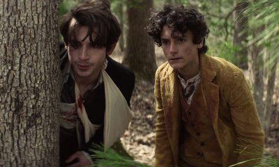 Elton e Percy se escondendo atrás de uma árvore enquanto fogem de alguém no episódio 3 da 2ª temporada de The Walking Dead: World Beyond.