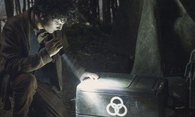 Elton analisando um item da CRM no episódio 4 da 2ª temporada de The Walking Dead: World Beyond.
