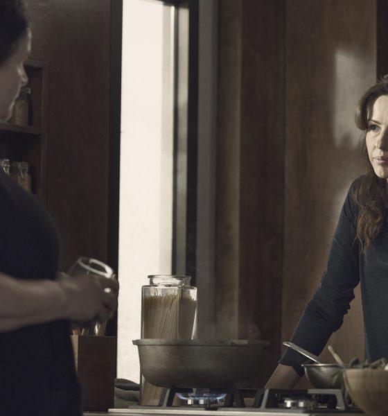 Huck olhando para sua mãe, Elizabeth, no episódio 5 da 2ª temporada de The Walking Dead: World Beyond.