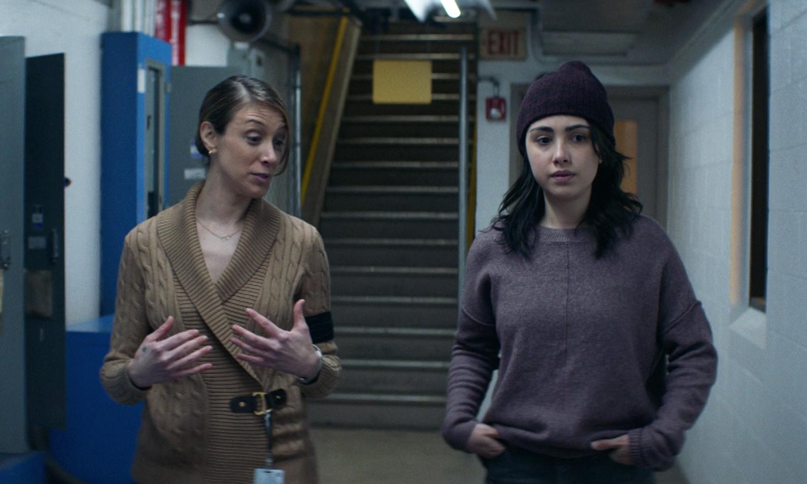 Dra. Lyla e Hope fazendo uma tour pelas instalações da CRM no episódio 2 da 2ª temporada de The Walking Dead: World Beyond.