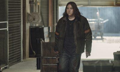 Silas puxando um carrinho no episódio 2 da 2ª temporada de The Walking Dead: World Beyond.