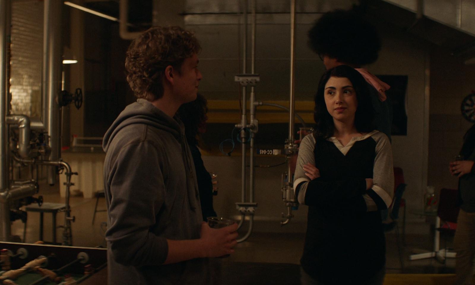 Hope e Mason bebendo e conversando em um momento de descontração no episódio 3 da 2ª temporada de The Walking Dead: World Beyond.