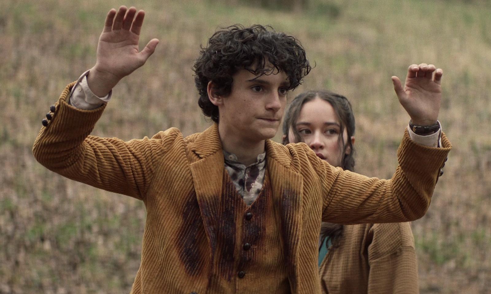 Elton com as mãos para cima no episódio 3 da 2ª temporada de The Walking Dead: World Beyond.