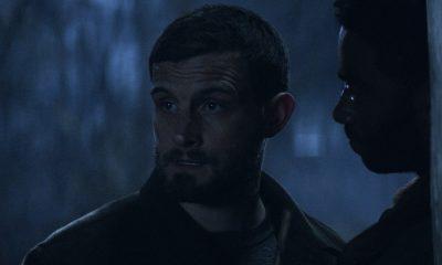 Felix observando a chegada de Huck e Hope e sendo impedido por Will de seguir em frente no episódio 4 da 2ª temporada de The Walking Dead: World Beyond.