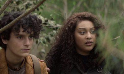 Elton e Iris escondidos e observando Silas no episódio 5 da 2ª temporada de The Walking Dead: World Beyond.